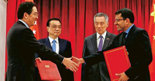 """싱가포르 찾은 中 리커창 총리 """"자유무역, 경제글로벌화"""" 강조"""