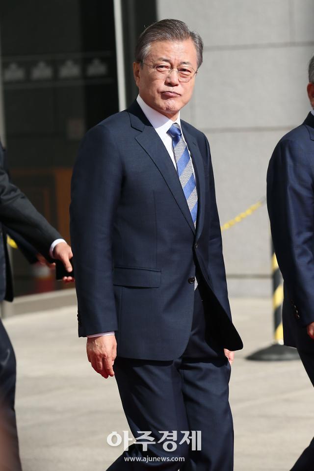 文대통령, 아세안·APEC 참석차 싱가포르 도착…한반도 평화·신남방 투트랙