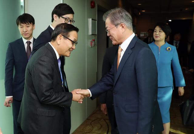 문 대통령, 싱가포르 도착…내일 푸틴과 정상회담