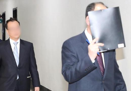 [포토] 얼굴 가린 국정원 직원