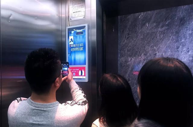 시선 사로잡는 엘리베이터 광고...IT공룡들까지 가세