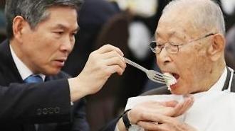 [포토] 음식 권하는 국방부장관