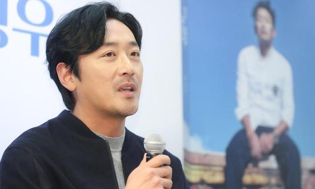 演员河正宇出席新书出版记者会
