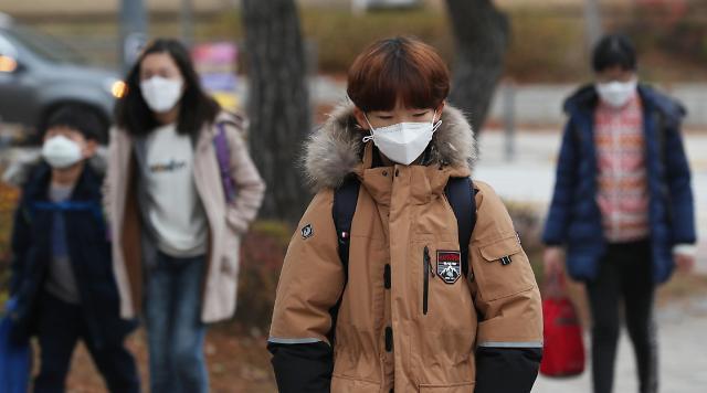 雾霾天再现首尔 口罩成市民出行必备
