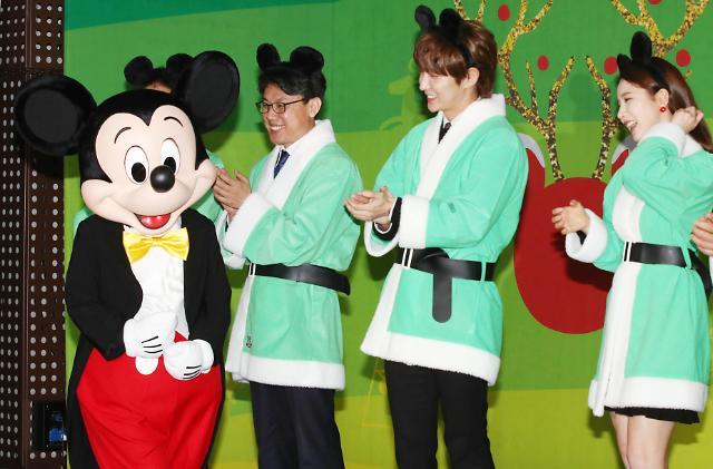 李准基申世景变身圣诞老人出席慈善活动