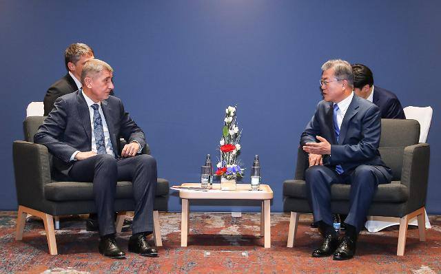 文在寅同捷克总理巴比什举行会谈