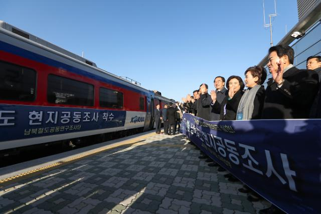[FOCUS] S. Korean train crosses border for inspection of N. Korean railway