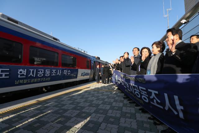[FOCUS] S. Korean train crosses border for inspection of N. Korean railway