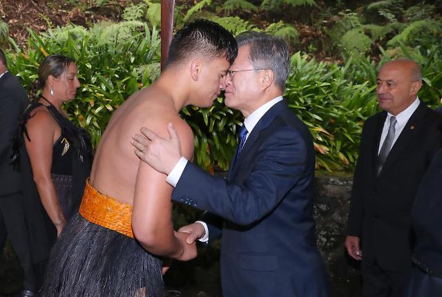 """文在寅与新西兰毛利族行""""碰鼻礼"""""""