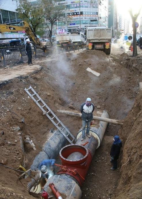 高阳市地下热水管破裂 致1死多伤