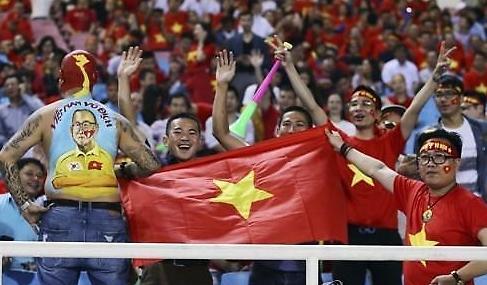 Người Hàn Quốc kinh ngạc trước sức nóng được tạo ra từ người hâm mộ bóng đá Việt Nam