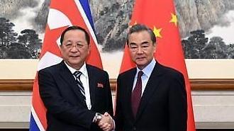 [중국 포토] 악수하는 리용호 북 외무상-왕이 중 외교부장