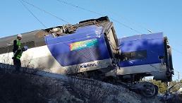 .韩国江陵线KTX高铁发生脱轨事故14人受伤.