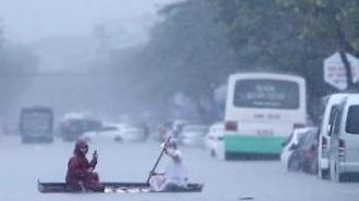 베트남 다낭, 10년 만 기록적 폭우에 아수라장…인근 지역에는 사망자 2명도 발생