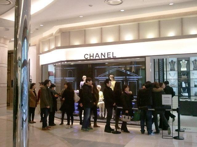 """""""有钱难买我乐意"""" 韩国年轻人成奢侈品消费主力军"""