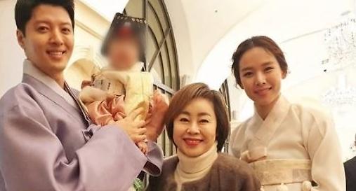 [AJU★이슈] 이동건♥조윤희 딸 돌잔치 남다른 미모 로아양 눈길