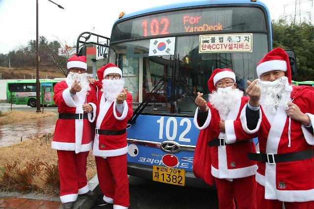公交车司机变身圣诞老人
