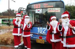 .公交车司机变身圣诞老人.