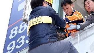 [포토] 완강기에 메달린 장관