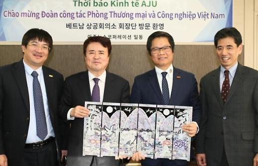 Chủ tịch Vũ Tiến Lộc cùng đoàn công tác VCCI đến thăm Thời báo Kinh tế AJU