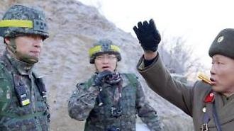[포토] 남북 군인 담배 권하며
