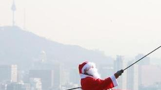 [포토] 굴뚝대신 밧줄타는 산타