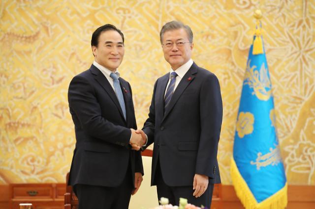 文在寅接见国际刑警组织韩籍主席金钟阳