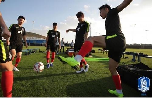 韩国男足抵达阿联酋备战亚洲杯