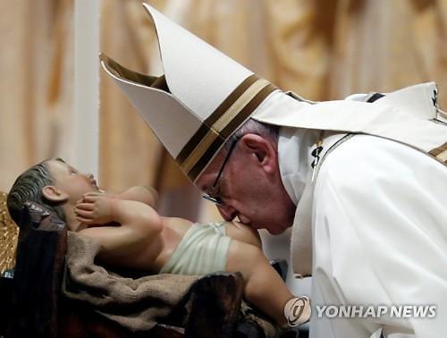 """""""과도한 소비보다 나눔의 삶 중요""""...교황, 신도들에 성탄 메시지 남겨"""