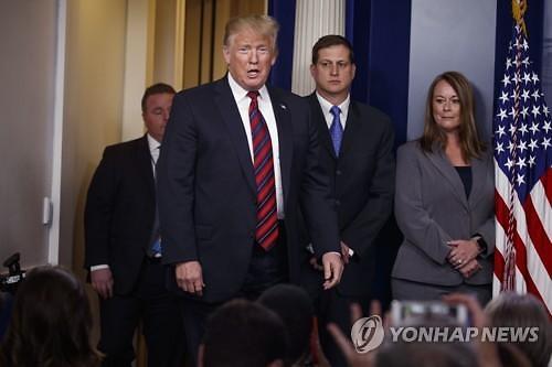 백악관 브리핑룸 깜짝 등장 트럼프, 국경장벽 강조..셧다운 대결 계속