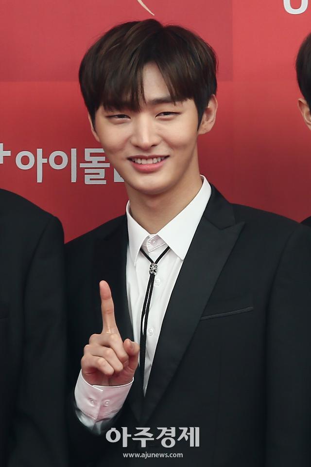 [포토] 베스트 남자 그룹상 수상한 워너원 윤지성 (2019 골든디스크어워즈)