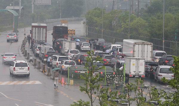 韩政府将综合考虑是否批准开城韩商访朝