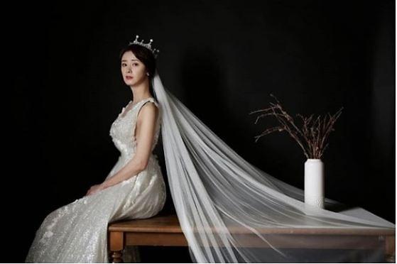 염지영♥이준우 PD, 8년 열애 끝 결혼…누구길래?