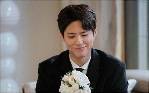 《男朋友》朴宝剑手捧花束 要向宋慧乔求婚?