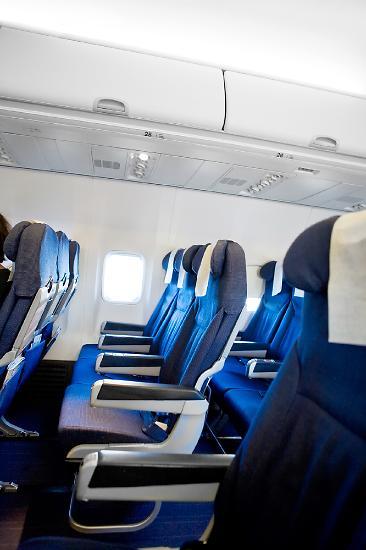 [임애신 기자의 30초 경제학] 비행기 의자는 왜 파란색일까?