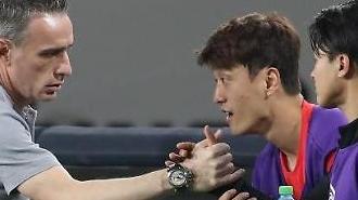 [포토] 악수하는 감독과 이승우