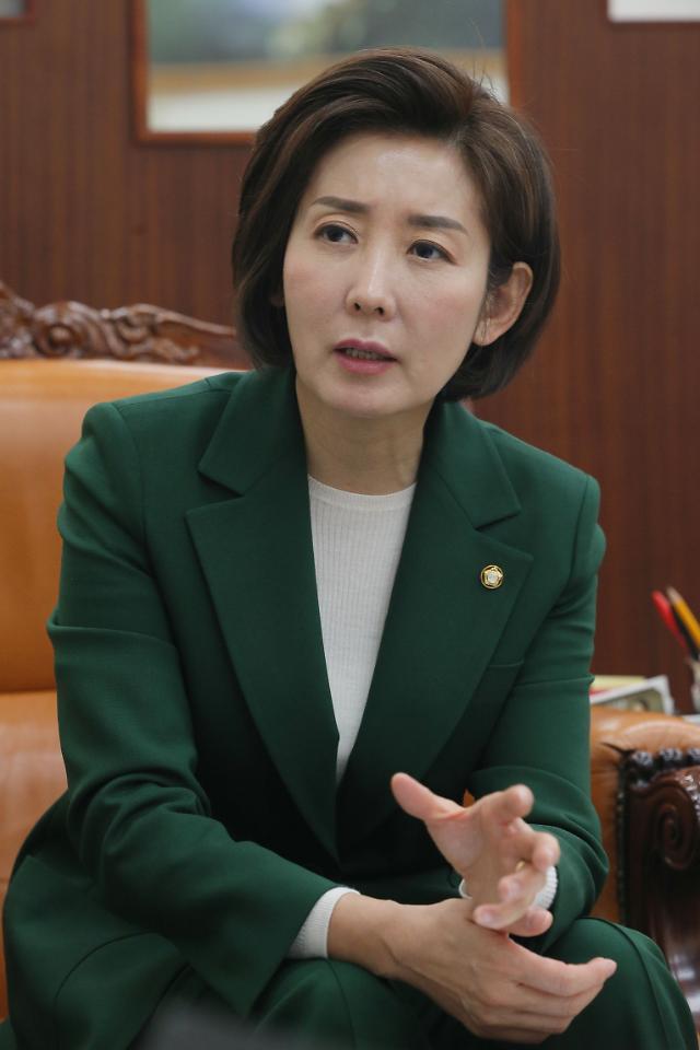 초권력형 비리가 초현실적 상상력?...나경원 비리 발원에 靑 시끌