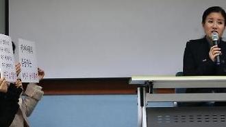 [포토] 무릎 꿇은 지지자와 마이크 잡은 케어 박소연 대표
