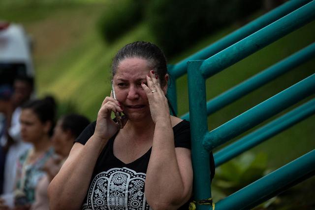 """[오늘의 외신사진] 브라질 댐 붕괴 """"멈추지 않는 눈물"""""""