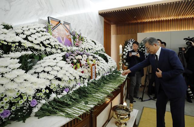 문 대통령, 위안부 피해자 故 김복동 할머니 조문