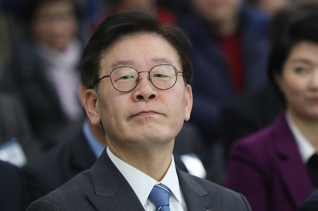국회 찾은 이재명, 김경수 질문에 침묵