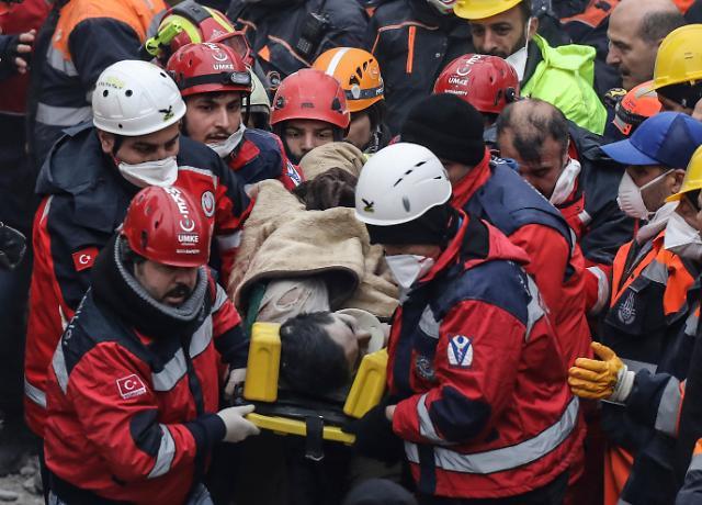 [글로벌 포토]터키 아파트 붕괴 이틀 후 구조된 16세 소년