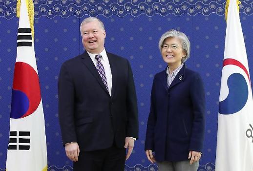 美비건, 강경화 장관 예방해 방북 대화 생산적