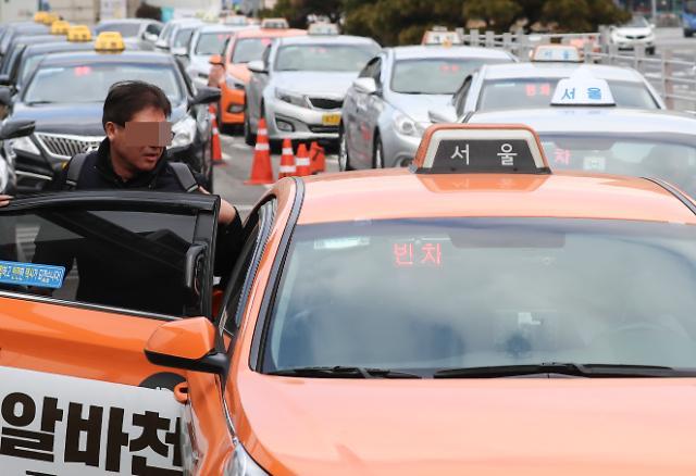 """""""택시에 플랫폼 기술 접목""""…카풀·택시 해법 위한 3차 대화 개최"""