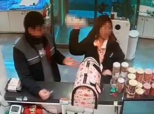 """강릉 애견샵서 생후 3개월 된 몰티즈 던져 죽게 한 여성 """"난 책임없다""""…시민 분노 폭발"""