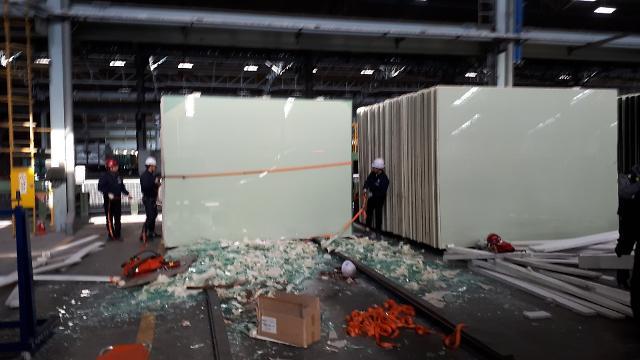 [포토] KCC 여주공장서 대형 유리판에 깔린 근로자 숨져