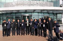 .韩朝各界代表在金刚山共同参加新春联谊会.