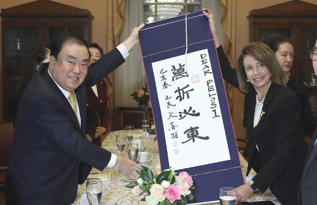 韩美国会议长互换礼物