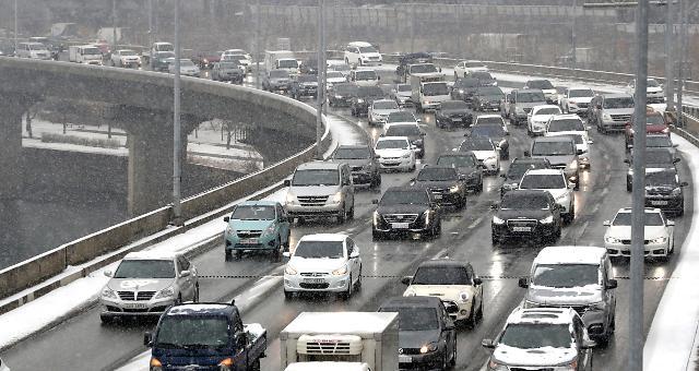 전국 곳곳 눈 비, 서울 출근길 사고만 10여건…올림픽대로·강변북로 등 실시간 교통정보 상황은?
