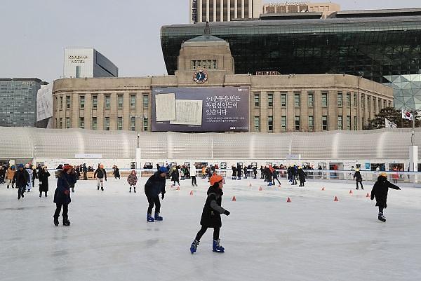 首尔广场滑冰场利用人数突破12万